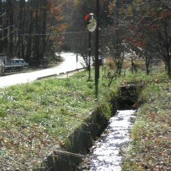 八ヶ岳エコーラインとの間に水路が流れており、出入りができません