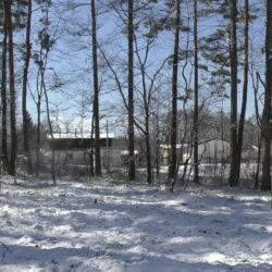 南側は原村保有の山林で林が隣接します