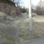 舗装道路と前面道路をつなぐアプローチは若干坂になっています
